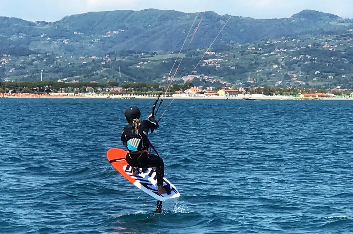 ragazza alla sua prima lezione di kitesurf con idrofoil